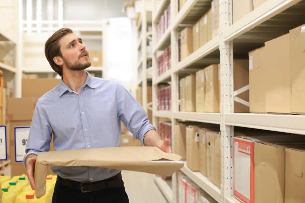 Retrato de un cuidador de almacén sonriente en el trabajo.