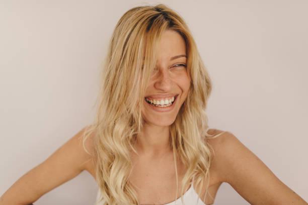 Retrato de uma mulher sorridente - foto de acervo