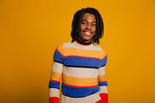 porträt eines lächelnden jungen mannes - rote dreads stock-fotos und bilder
