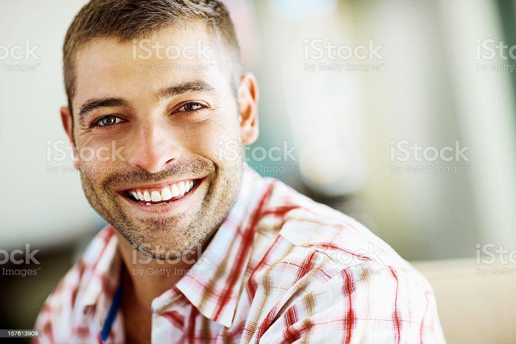 Porträt eines lächelnden jungen Mannes mit Textfreiraum - Lizenzfrei Blick in die Kamera Stock-Foto