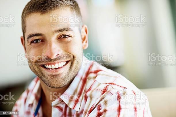 Porträt Eines Lächelnden Jungen Mannes Mit Textfreiraum Stockfoto und mehr Bilder von Lächeln