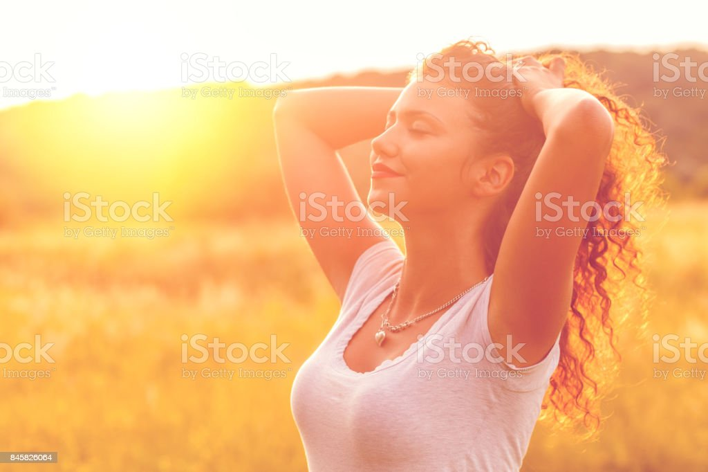 Portrait of a smiling young woman in nature. foto stock royalty-free