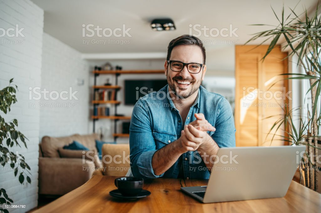 Portrait of a successful entrepreneur at cozy home office, smiling at camera. - Royalty-free Aconchegante Foto de stock