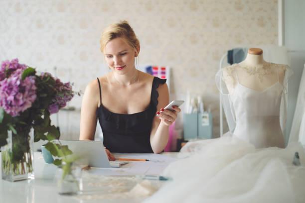porträt einer erfolgreichen modedesignerin - hochzeitskleider online stock-fotos und bilder