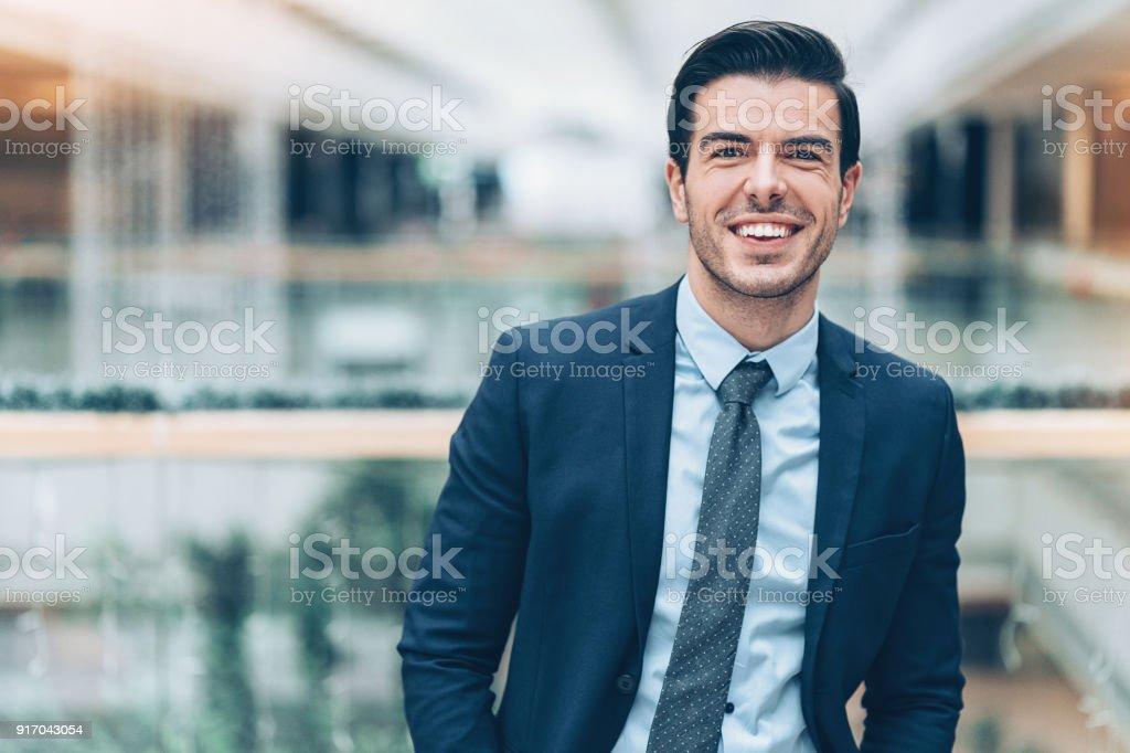 fotografía de retrato de un joven empresario exitoso y más banco de