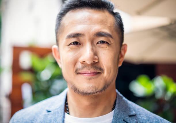 portret van een taiwanese man - chinese cultuur stockfoto's en -beelden
