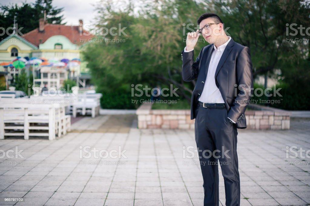 Portret van een tiener dragen een pak voor zijn prom night - Royalty-free 18-19 jaar Stockfoto