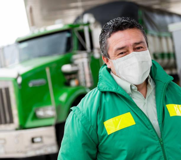 Porträt eines Lkw-Fahrers, der eine Gesichtsmaske trägt, um dem Coronavirus zu entgehen – Foto