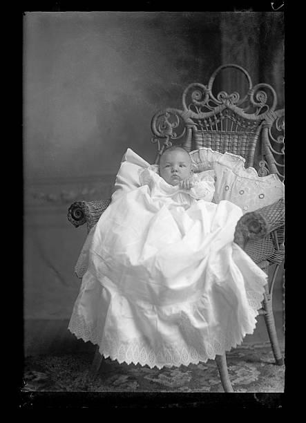 porträt eines, das viktorianischen ära, baby - taufe fotos stock-fotos und bilder