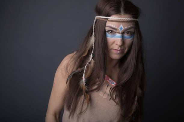 porträt einer frau, die als indianer verkleidet - indianer make up stock-fotos und bilder