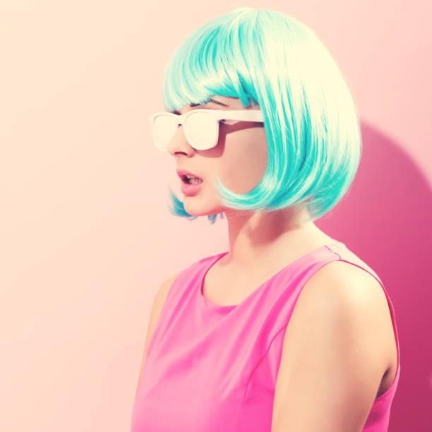 明るい青のかつらの女性の肖像画 - ポップミュージシャン ストックフォトと画像