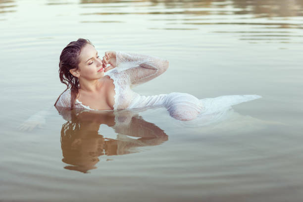 porträt einer frau in einem kleid im wasser. - meerjungfrau kleid stock-fotos und bilder