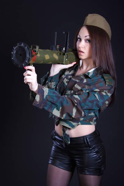 Retrato de una mujer en uniforme militar con un lanzador de granadas - foto de stock
