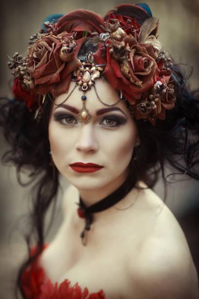porträt einer frau in einem roten kleid und kranz - elfenkostüm damen stock-fotos und bilder