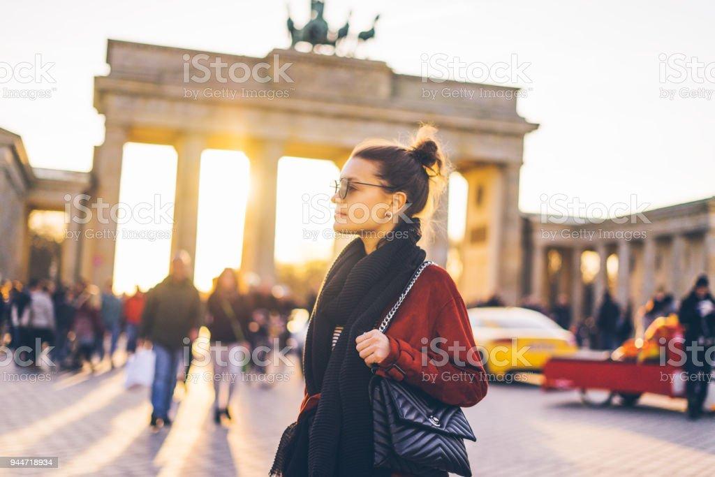 Porträt einer Frau vor dem Brandenburger Tor in Berlin, Deutschland – Foto