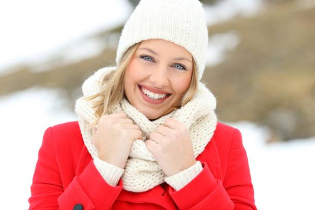 porträt einer frau in roten posiert im winter - gute winterjacken stock-fotos und bilder