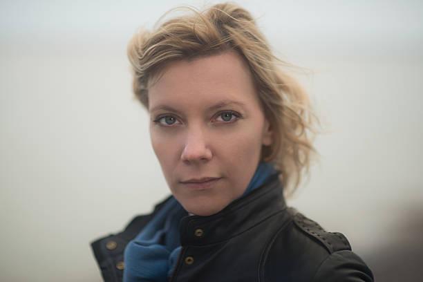 Porträt einer Frau an einem windigen Tag – Foto