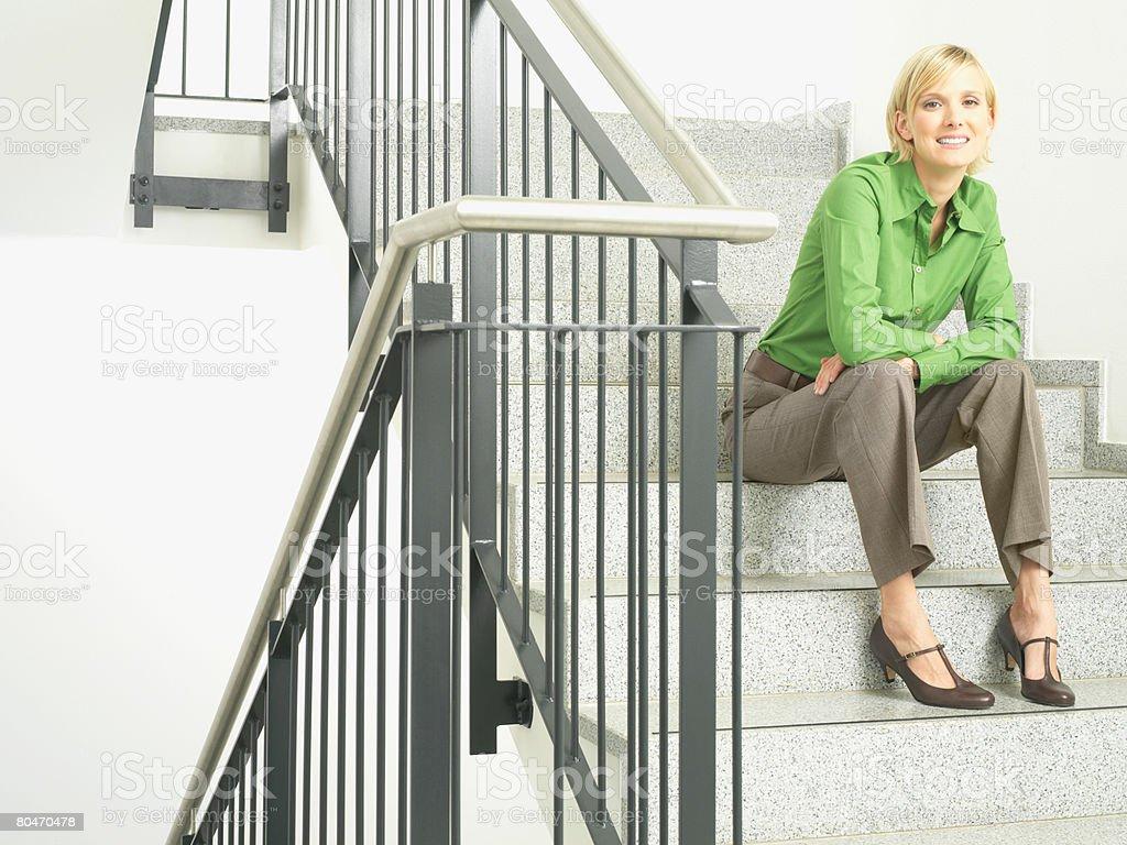 女性のポートレート sat の階段 ロイヤリティフリーストックフォト