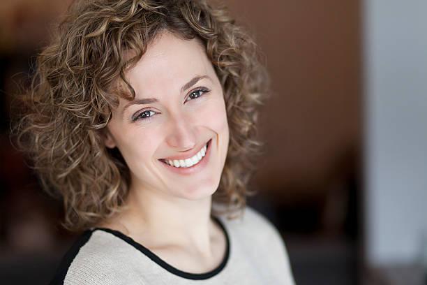 Porträt einer Frau lächelt in die Kamera – Foto