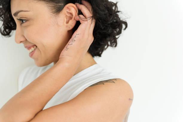 porträt einer frau lächeln - tatto vorlagen stock-fotos und bilder