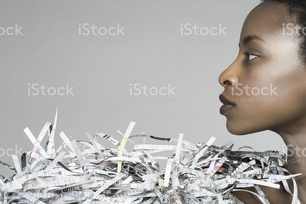 Retrato de uma mulher vestindo acessório de Jornais foto de stock royalty-free