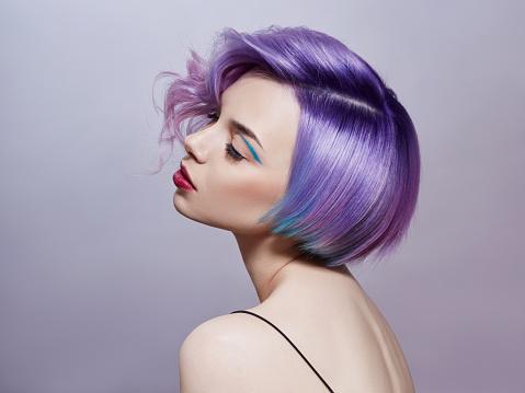 一個女人的肖像 明亮的彩色飛發 所有的紫色色調頭髮著色 美麗的嘴唇和妝容頭髮在風中飄揚性感的女孩短髮專業著色 照片檔及更多 一個人 照片