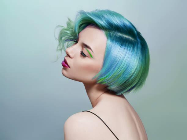 밝은 색깔의 비행 머리, 파란색 보라색의 모든 음영을 가진 여자의 초상화. 머리 착색, 아름다운 입술과 메이크업. 바람에 머리카락이 펄럭입니다. 짧은 머리를 가진 섹시한 소녀입니다. 프로페� - 머리 모양 뉴스 사진 이미지