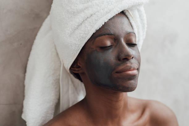 chân dung người phụ nữ đeo mặt nạ than - charcoal mask hình ảnh sẵn có, bức ảnh & hình ảnh trả phí bản quyền một lần