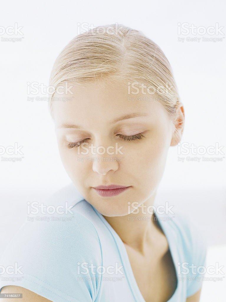 Retrato de uma mulher com olhos fechados foto de stock royalty-free