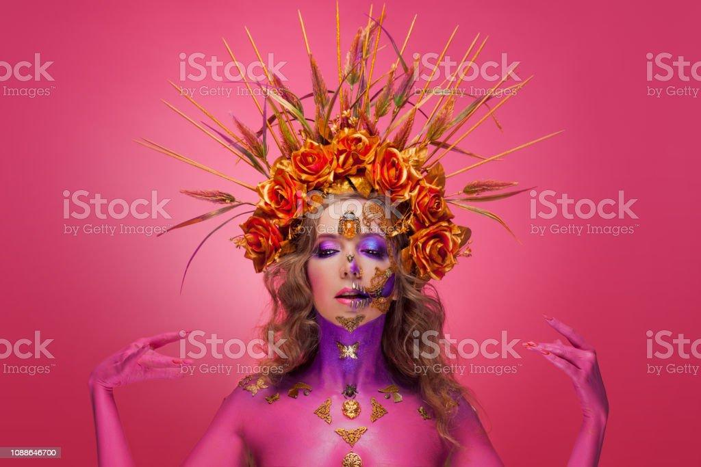 Retrato de una mujer con el arte de la cara en el estilo del día de los muertos y el renacimiento - foto de stock