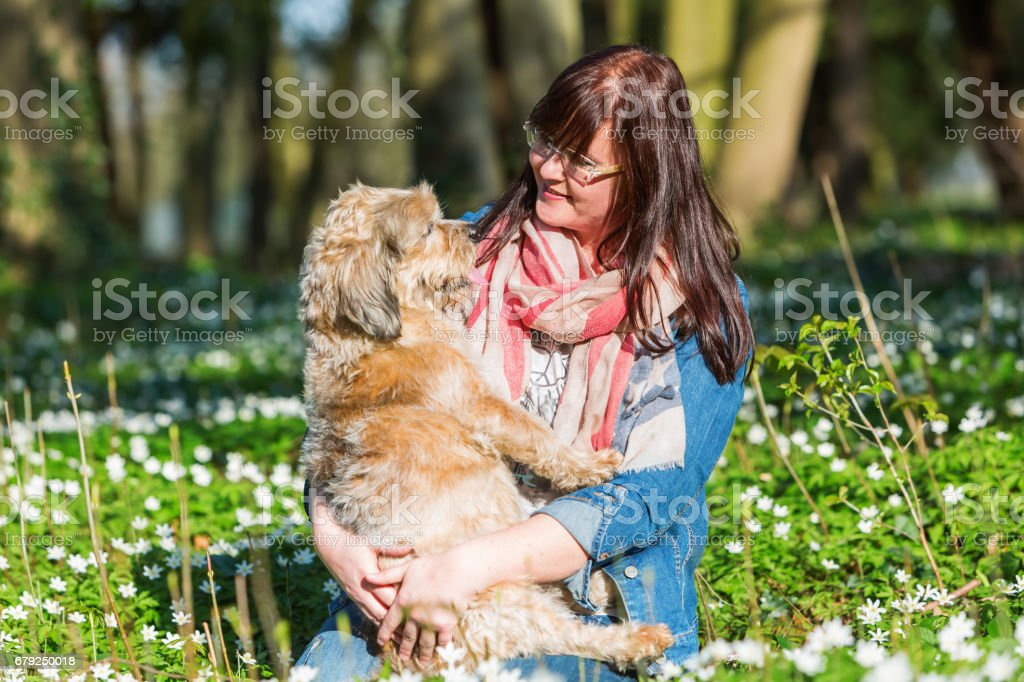portrait of a woman with her dog photo libre de droits