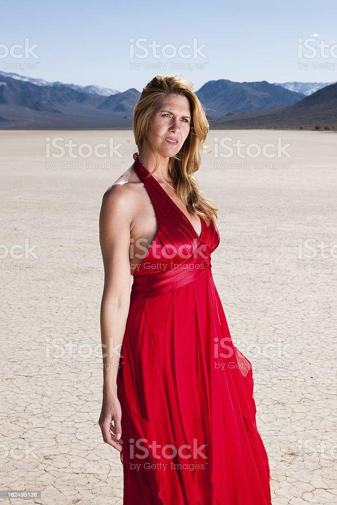 4b2307091574a6 Grande Bacino degli Stati Uniti Occidentali, Seta, 30-34 anni, Adulto,  Adulto di mezza età. Un ritratto di una donna in un vestito rosso nel ...