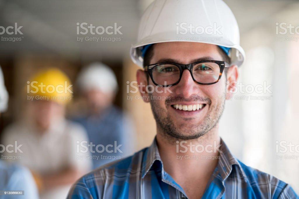 Porträt eines jungen Architekten auf der Baustelle – Foto