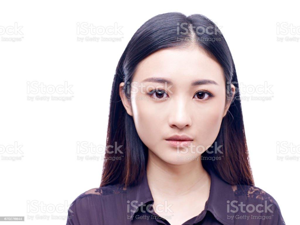 Retrato de una mujer asiática joven - foto de stock