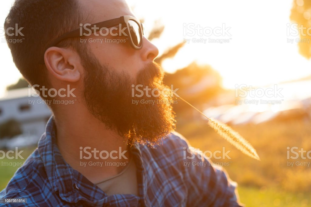 Porträt eines jungen bärtigen Mannes – Foto
