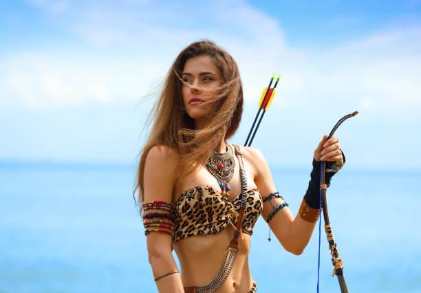 Porträt eines jungen schönen Mädchens mit einem Bogen und Pfeilen – Foto