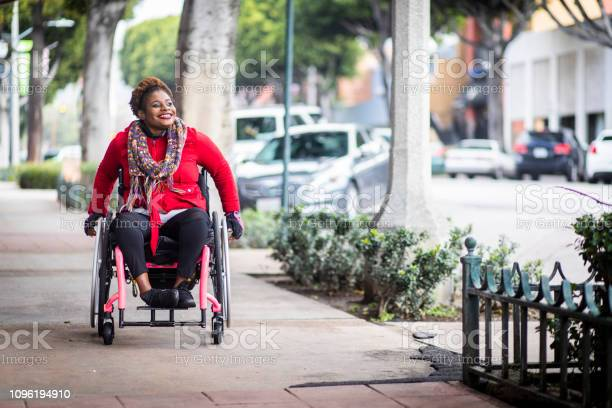 Portrait Of A Young Black Woman In A Wheelchair - Fotografias de stock e mais imagens de A caminho