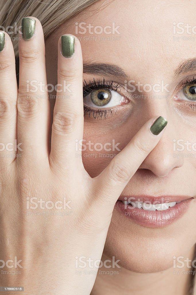 Retrato de una joven rubia mujer convering un ojo foto de stock libre de derechos