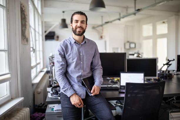 ritratto di giovane professionista d'affari in ufficio - sud europeo foto e immagini stock