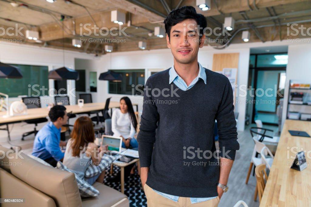 Retrato de un joven empresario confía foto de stock libre de derechos