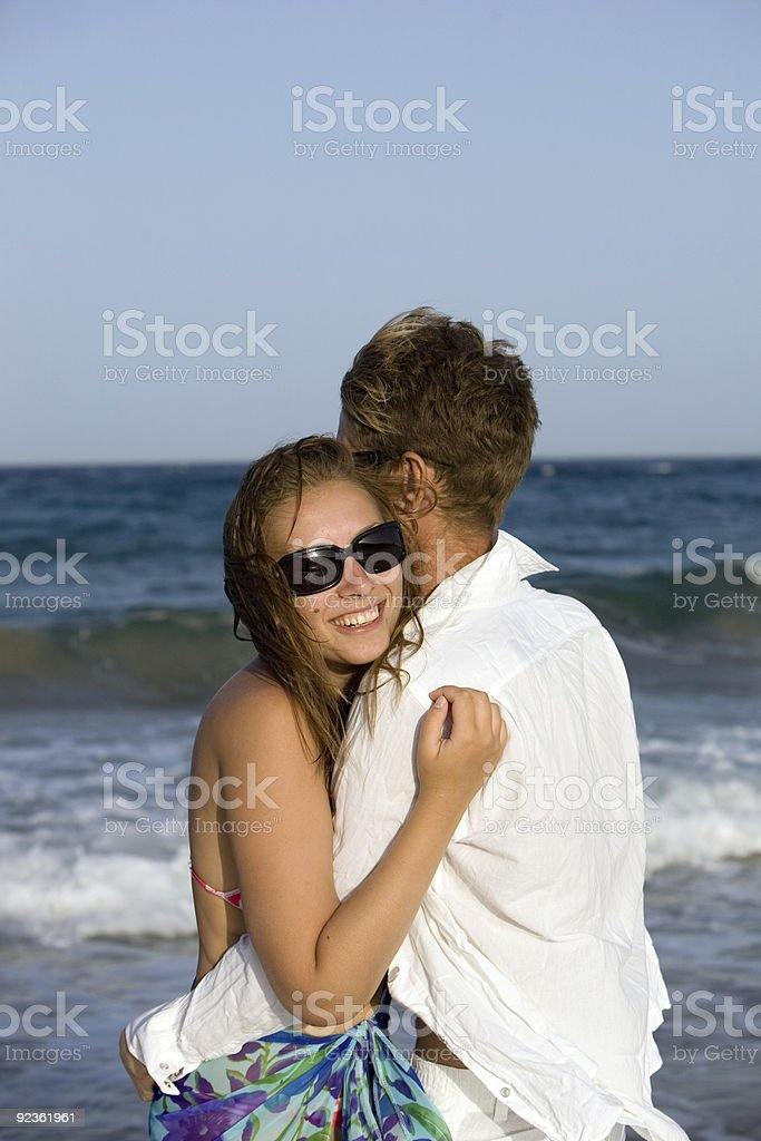 Porträt von einem jungen Paar genießen am Strand Lizenzfreies stock-foto