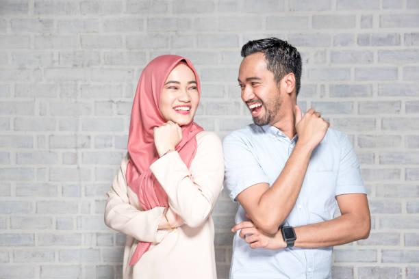 portrait d'un jeune couple - mariage musulman photos et images de collection