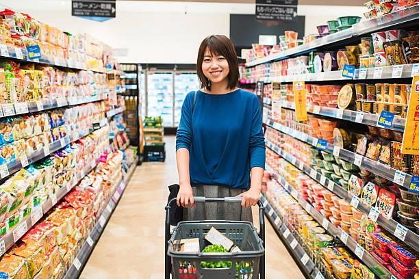 の肖像若い女性の食料品ショッピング - スーパーマーケット 日本 ストックフォトと画像