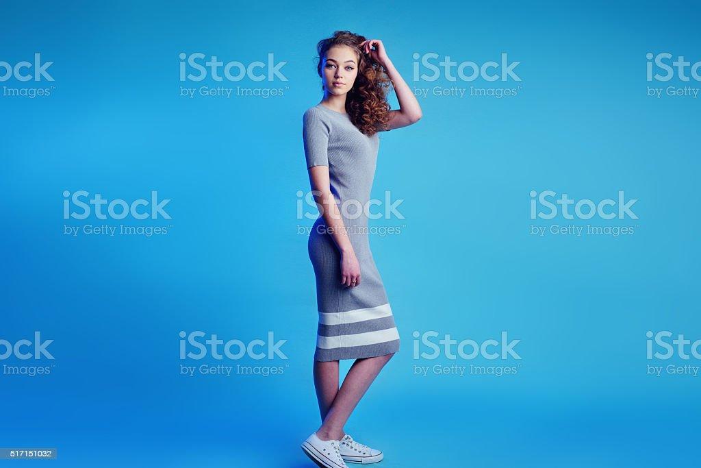 Von Kleid Turnschuhe Ein Mädchen Einem Und Junges Porträt In 3RL4jq5A