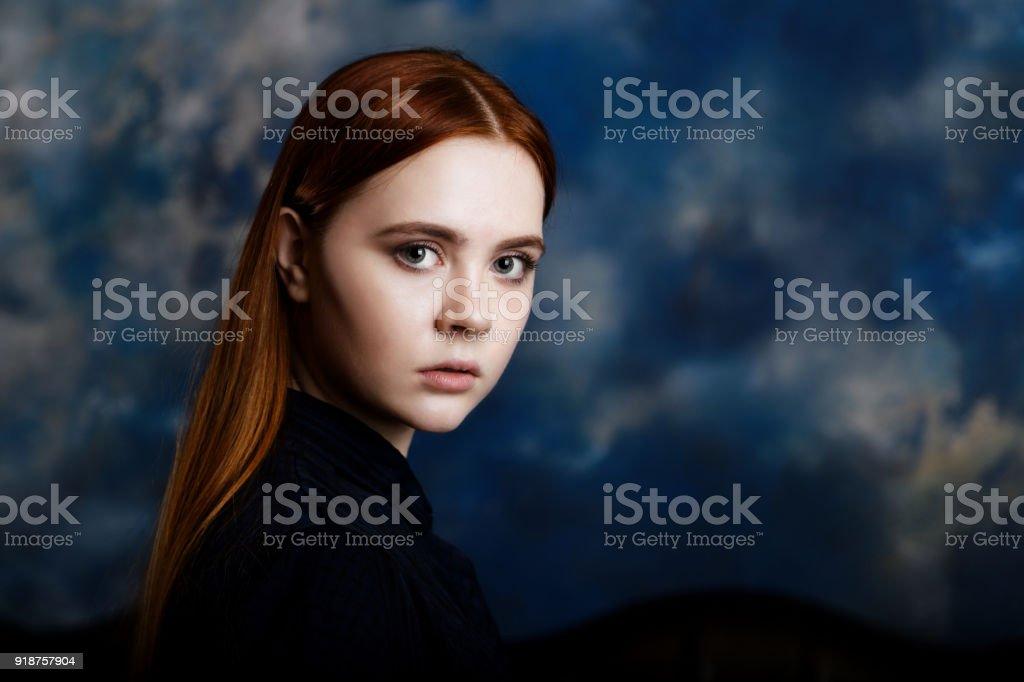 Porträt eines jungen Mädchens auf dunklem Hintergrund – Foto