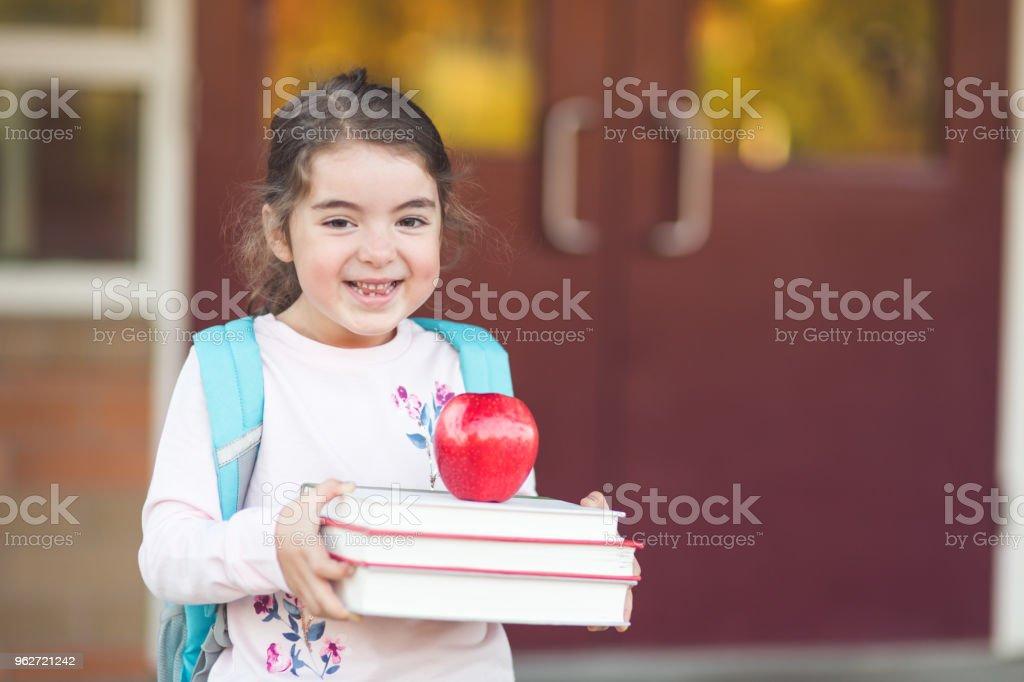 ¡Retrato de una joven en su primer día de escuela! - foto de stock