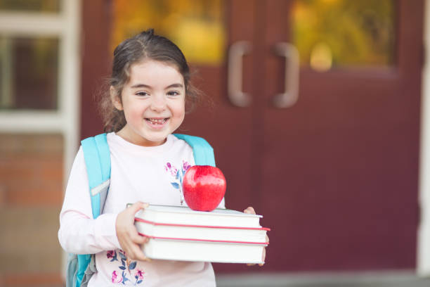 ¡retrato de una joven en su primer día de escuela! - regreso a clases fotografías e imágenes de stock