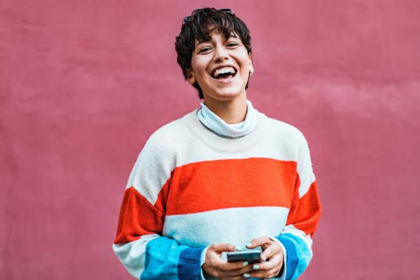 ritratto di una giovane ragazza hipster in possesso di telefono - gen z foto e immagini stock