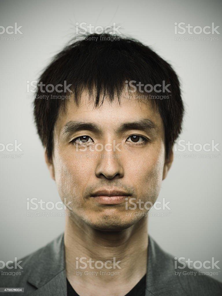 Portrait d'un jeune homme à la recherche dans la caméra japonais - Photo