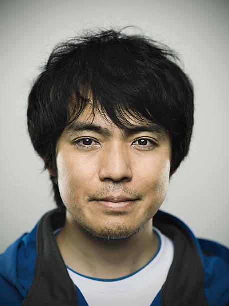 Retrato de un joven hombre mirando a la cámara japonés - foto de stock